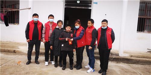 湖北省赤壁市:志愿服务暖人心 西湖小区业委会致谢送锦旗
